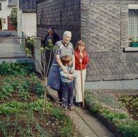 Frieda Weber mit Enkelkindern